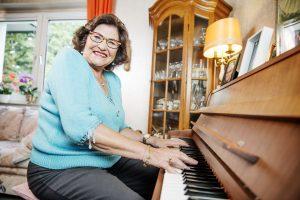 Seniorin spielt klavier